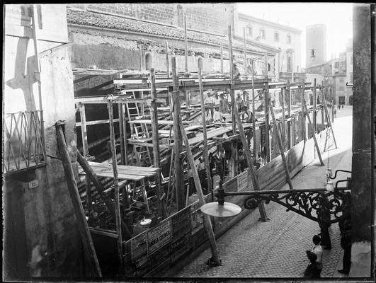 Costruzione del porticato adiacente alla chiesa, inizi del XX sec.